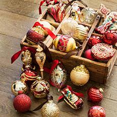 Weihnachtsbaumkugeln und -schmuck